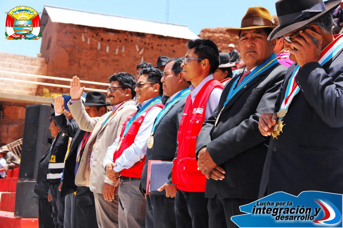 ALCALDE HUGO MIRANDA MONASTERIO HACE RECONOCIMIENTO AL JEFE ZONAL DEL PROGRAMA JÓVENES PRODUCTIVOS EN EL ACTO DE IZAMIENTO DEL PABELLÓN NACIONAL Y LA BANDERA DE ZEPITA